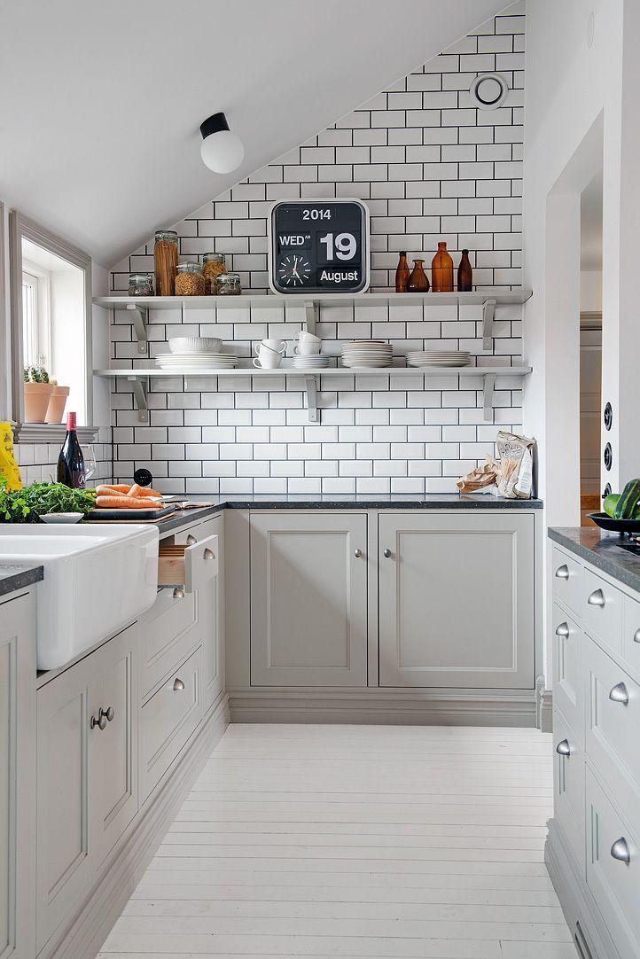 cocina pequeña reformada en grises